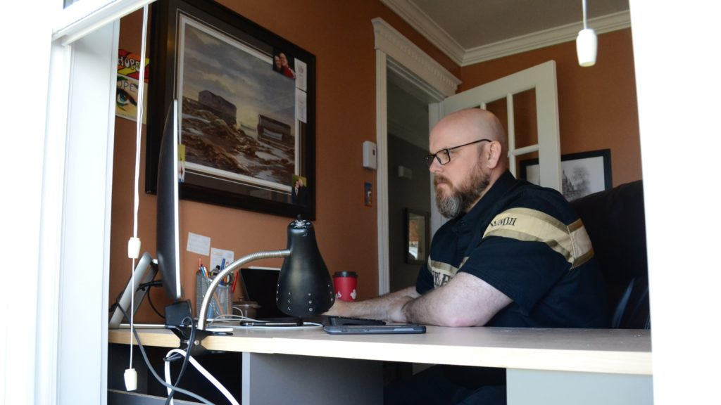 Dennis Thomas has been working remotely for three months. He says he is happy with the setup overall. Henrike Wilhelm/Kicker